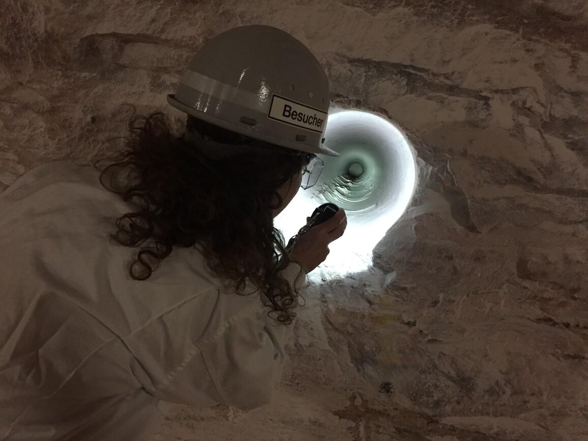 Blick in Kavernenhohlraum: Eine Wissenschaftlerin blickt in einen künstlichen Kavernenhohlraum, der in einem Pfeiler Im Salzbergwerk für experimentelle Untersuchungen angelegt wurde.