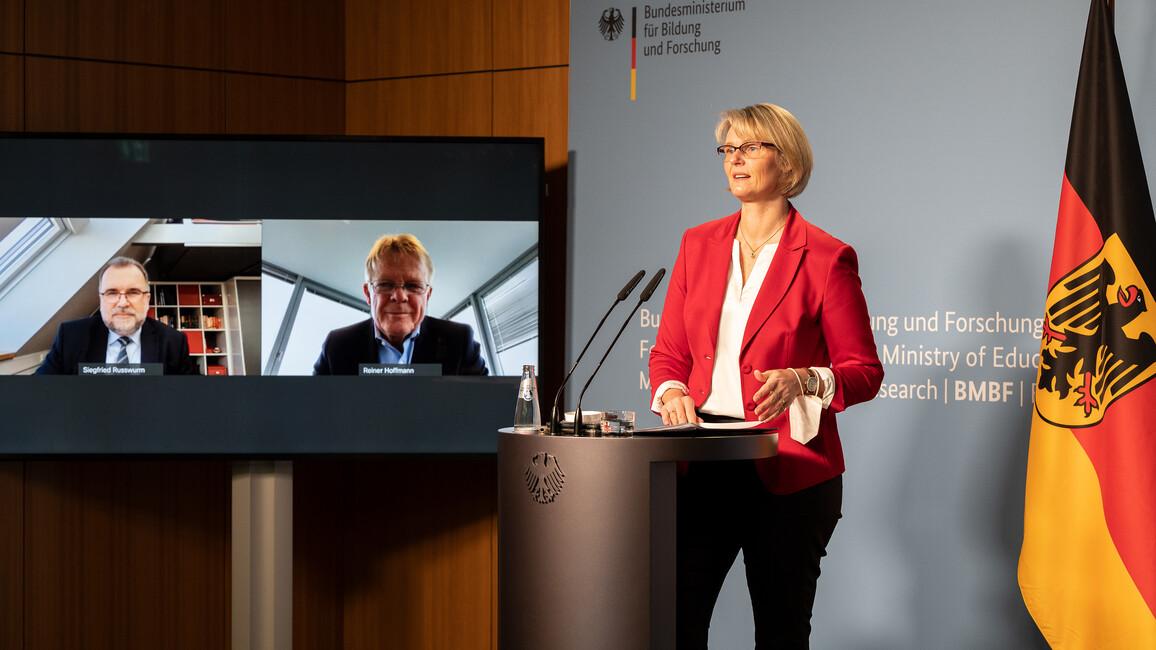 Bundesministerin Anja Karliczek auf einer gemeinsamen Pressekonferenz mit dem Präsidenten des Bundesverbands der Deutschen Industrie Siegfried Russwurm und dem Vorsitzenden des Deutschen Gewerkschaftsbunds Reiner Hoffmann.