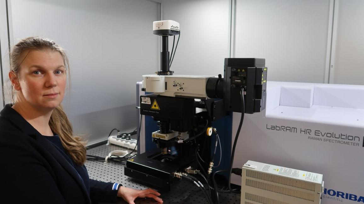 Dr. Nicole Zumbülte, Koordinatorin des BMBF-Verbundprojektes MicBin, im Labor des Technologiezentrums Wasser