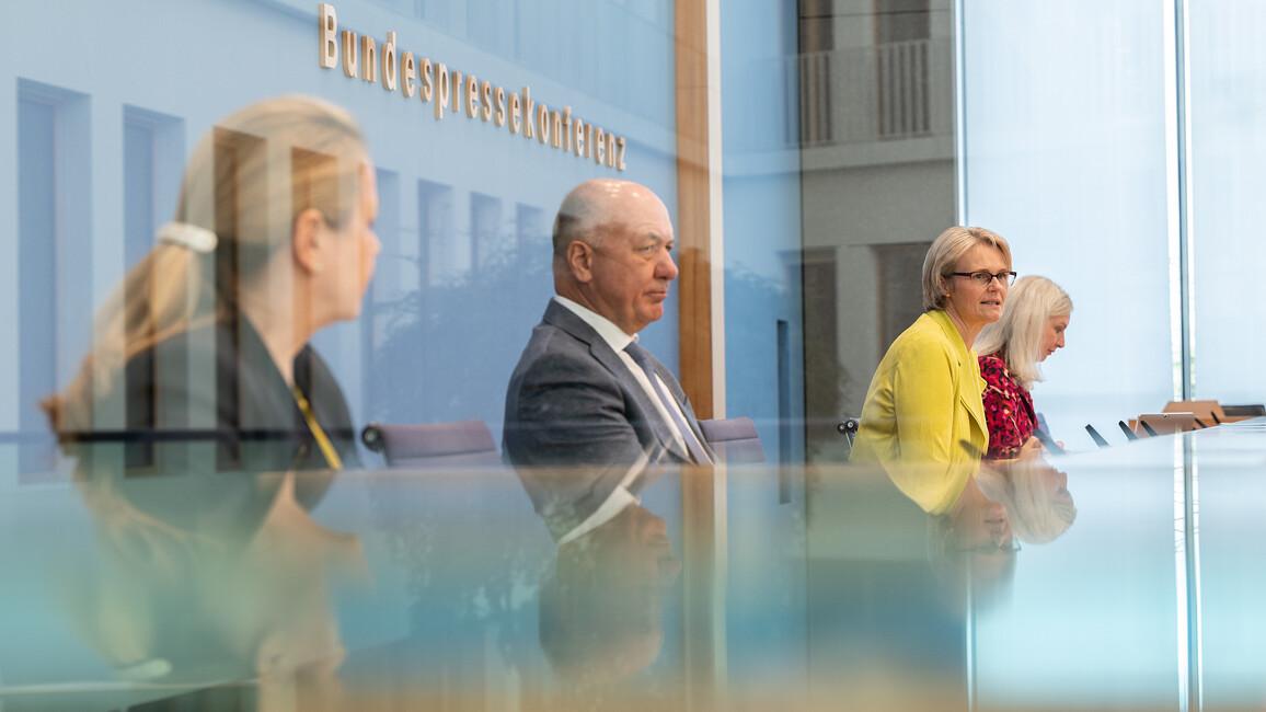 Bundesforschungsministerin Anja Karliczek auf einer gemeinsamen Pressekonferenz mit Dr. Anett Reißhauer (Charité Berlin) sowie Prof. Dr. Stefan Schreiber (Universität Kiel) zum Thema Long-Covid.