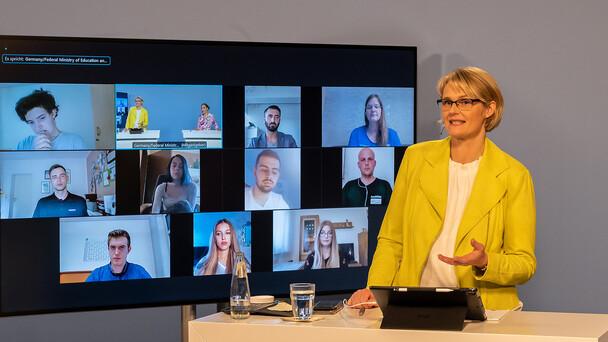 Bundesbildungsministerin Anja Karliczek traf am 31. Mai 2021 Auszubildende und Ausbildende und sprach mit ihnen über die Herausforderung in der beruflichen Bildung durch die Pandemie.