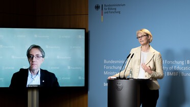 Bundesforschungsministerin Anja Karliczek stellt das neue Forschungsprogramm zur IT-Sicherheit vor. Zugeschaltet war Michael Waidner, CEO des Nationalen Forschungszentrums für angewandte Cybersicherheit ATHENE.