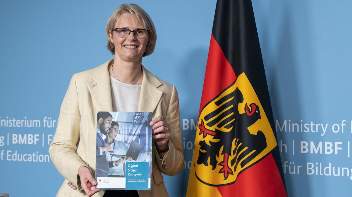 Bundesforschungsministerin Anja Karliczek stellt 350-Millionen-Rahmenprogramm zur IT-Sicherheitsforschung vor.