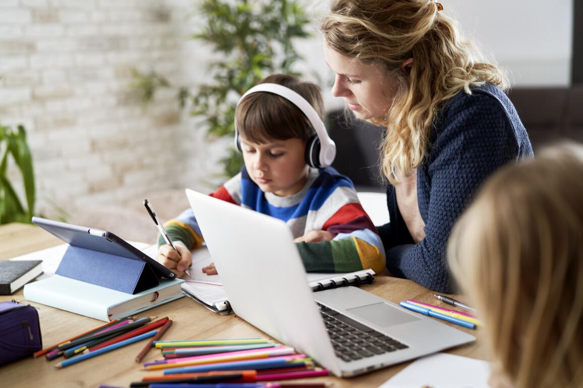 Mutter hilft ihrem Sohn beim Lernen zu Hause