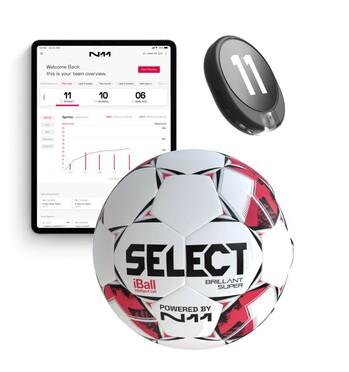 Die drei Hauptbestandteile: ein Ball mit Sensor (Mitte), ein Wearable für Spieler/innen (rechts) und eine App zur Datenvisualisierung (links)