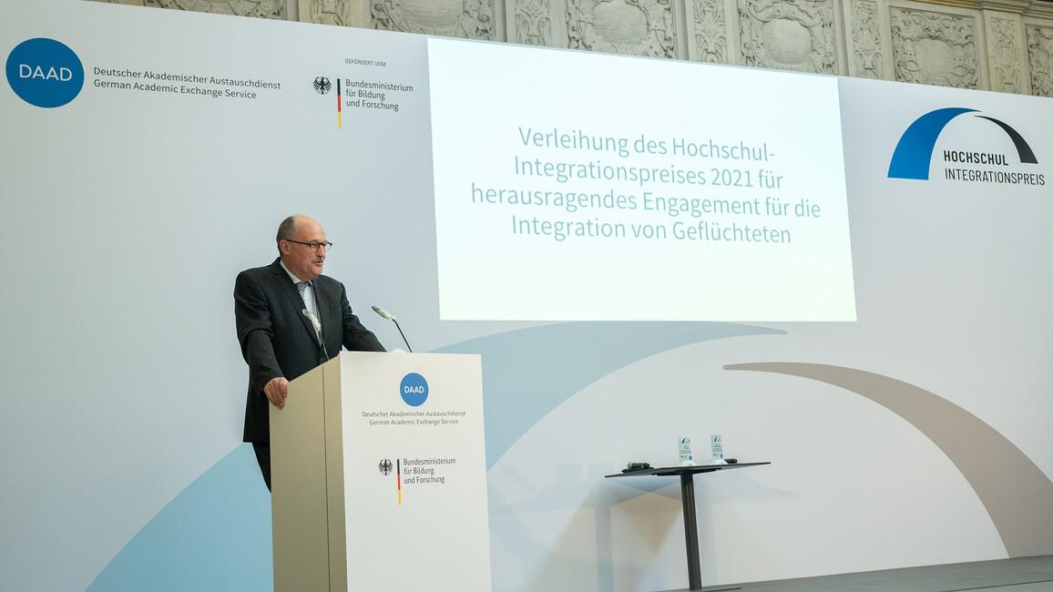 Michael Meister, Parlamentarischer Staatssekretär bei der Bundesministerin für Bildung und Forschung, verleiht in Berlin den Hochschullehrer-Integrationspreis 2021.