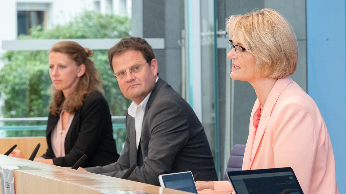Anja Karliczek, Markus Rex und Stefanie Arndt während der Pressekonferenz am 15. Juni 2021 in Berlin.