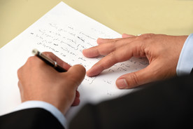 Detailaufnahme von Händen, die Arabisch schreiben