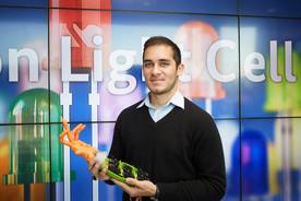 Der Maker Jan-Tarek Butt präsentierte im BMBF im Oktober 2015 eine Handprothese aus dem 3D-Drucker