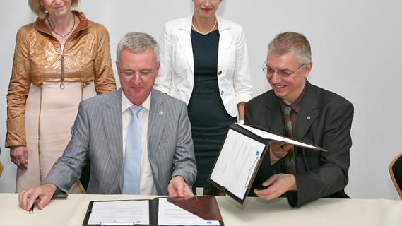 """Spannend nicht nur für Astronomen: Bundesministerin Johanna Wanka mit der brandenburgischen Forschungsministerin Martina Münch, dem Generaldirektor der ESO, Tim de Zeeuw (vorne links), und dem wissenschaftlichen Vorstand des AIP, Matthias Steinmetz (vorne rechts), bei der Unterzeichnung für den """"4MOST""""-Bau."""