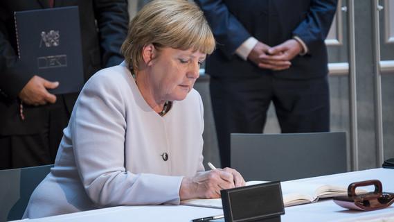 Bundeskanzlerin Angela Merkel bei der Unterzeichnung