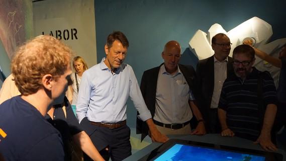 Georg Schütte, Staatssekretär im Bundesministerium für Bildung und Forschung, besucht die MS Wissenschaft.
