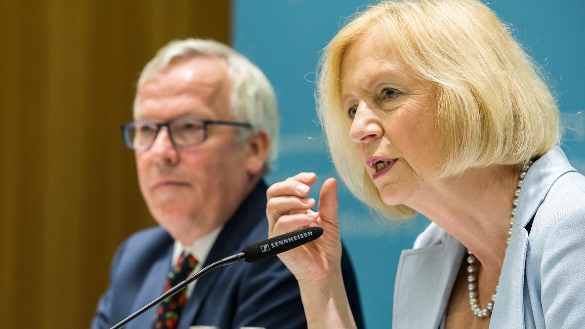 Bundesbildungsministerin Johanna Wanka neben Michael Heister, Abteilungsleiter im BIBB, bei der gemeinsamen Vorstellung der Studie in Berlin.