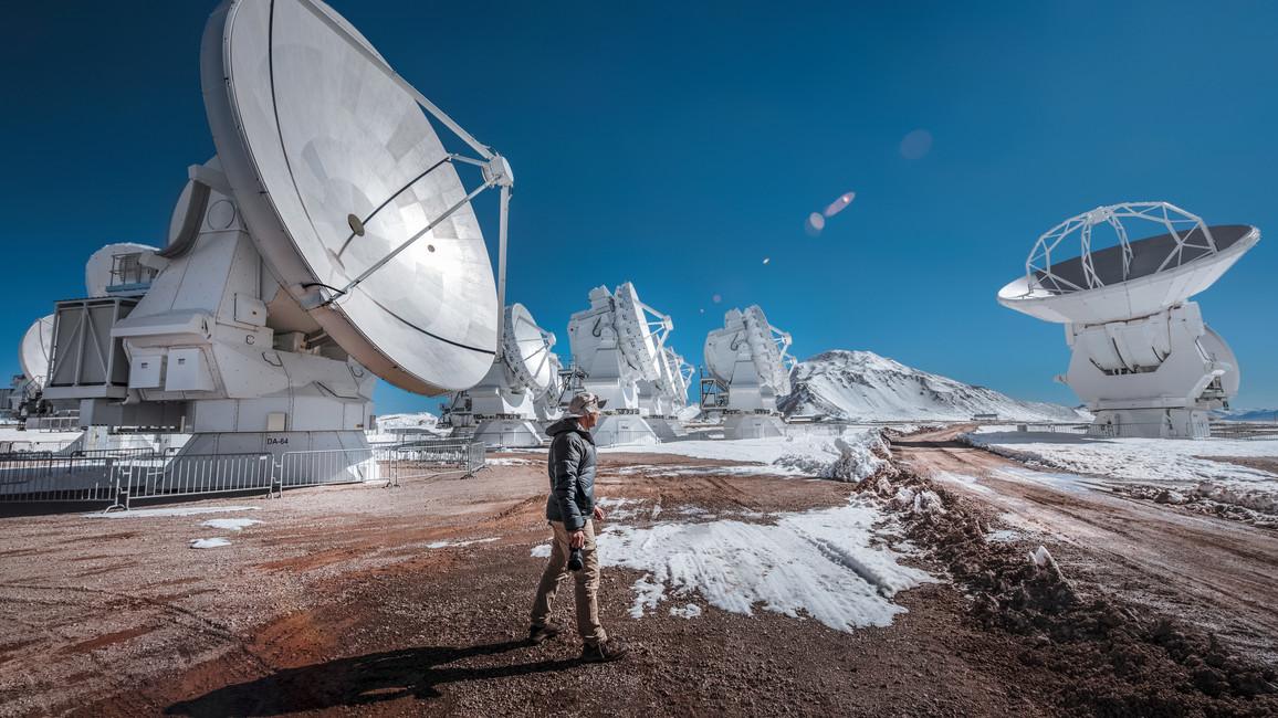 Eine feine Schneeschicht bedeckt Teile des Chajnantor-Plateaus, Standort von ALMA. Obwohl dies einer der trockensten Orte der Welt ist, kommt es gelegentlich zu Schneefall.