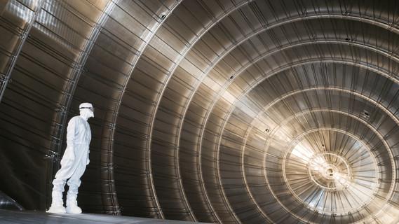 Blick ins Innere des Vakuumtanks von KATRIN. 23.000 feine Drähte durchziehen die 10 mal 24 Meter große Edelstahl-Zigarre. Hier wird die Geschwindigkeit von Elektronen genau vermessen und daraus die Masse der Neutrinos abgeleitet. Die Messung, die 2016 beginnt, wird fünf Jahre in Anspruch nehmen.
