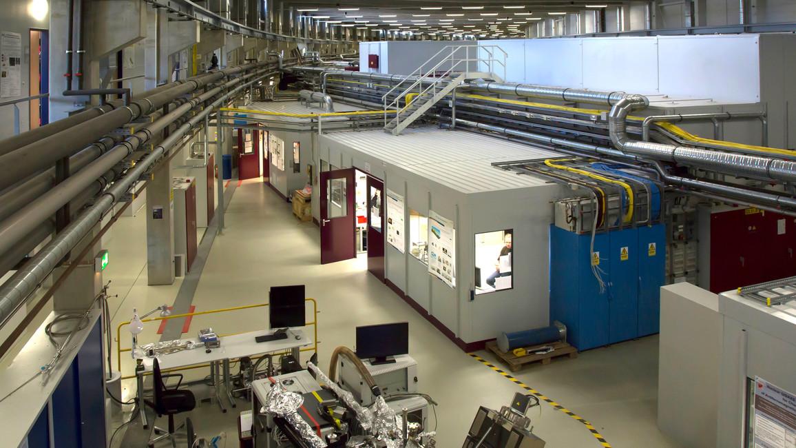 """Innenansicht der 280 Meter langen Experimentierhalle """"Max von Laue"""" am Speicherring PETRA III. Hier befinden sich 14 Messplätze mit bis zu 30 Instrumenten."""