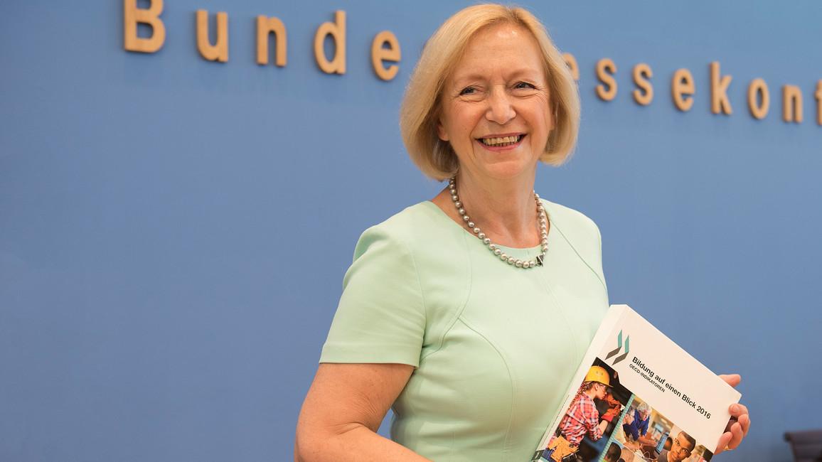 Bundesbildungsministerin Johanna Wanka mit der OECD-Studie 'Bildung auf einen Blick 2016', die in Berlin vorgestellt wurde.