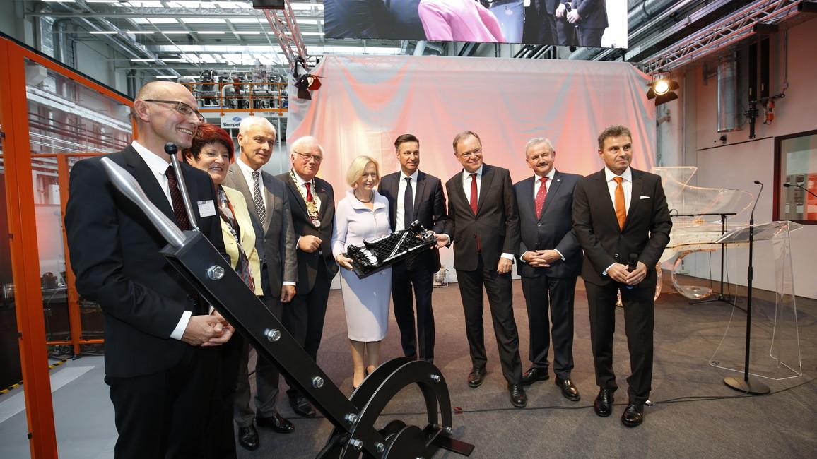 """Bundesforschungsministerin Johanna Wanka bei ihrem Besuch im Forschungscampus """"Open Hybrid LabFactory"""" in Wolfsburg."""