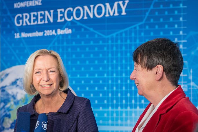 Bundesforschungsministerin Johanna Wanka (li.) und Bundesumweltministerin Barbara Hendricks am Rande der Green Economy Konferenz 2014.