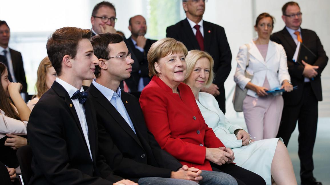 """Tassilo Schwarz (erste Reihe links) gewann den """"Preis der Bundeskanzlerin für die originellste Arbeit""""."""