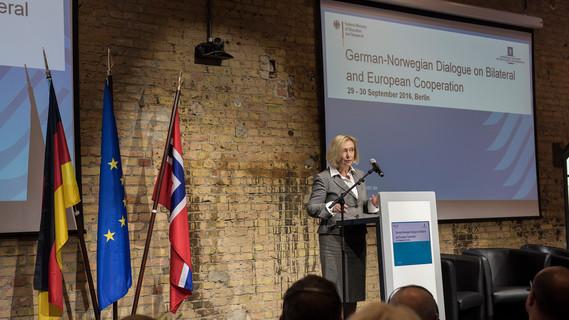 Bundesforschungsministerin Johanna Wanka eröffnet den Deutsch-Norwegischen Dialog.