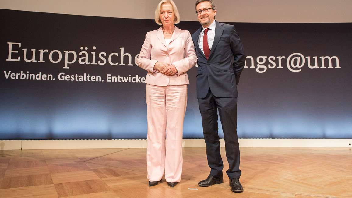 Bundesministerin Johanna Wanka neben Carlos Moedas, EU-Kommissar für Forschung, Wissenschaft und Innovation