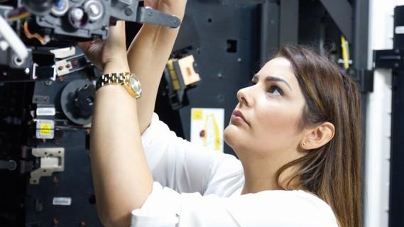 Sie ist fasziniert von Drucktechnik: Mine Yasar hat nach dem Hauptschulabschluss eine Ausbildung in einer Kölner Druckerei gemacht. Dank des Weiterbildungsstipendiums kann sie eine Weiterbildung zur Medienfachwirtin absolvieren. Ihr Ziel: Sie möchte Industriemeisterin werden.