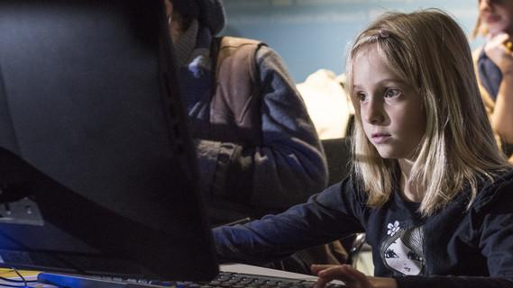 Die 8jährige Anita ist ganz begeistert von Computertechnik.