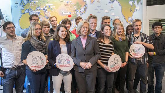 Johanna Wanka, Bundesministerin für Bildung und Forschung, mit einer Schulklasse, die ihre Lösungsideen zum Umgang mit Wasser im urbanen Raum präsentierte