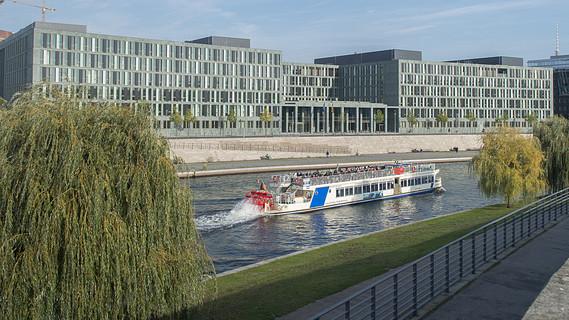Ausflugsschiffe fahren am Neubau des BMBF vorbei