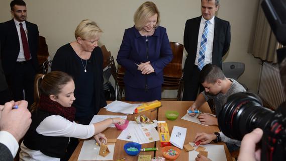 Bundesministerin Wanka hat im Rahmen der Initiative Bildungsketten eine Schule in Nürtingen besucht.