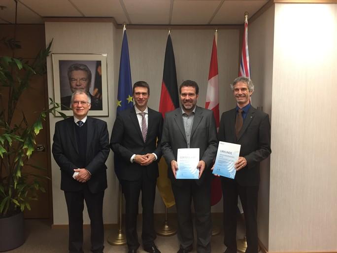 Der Parlamentarische Staatssekretär Stefan Müller bei der Übergabe der Förderurkunde an Wissenschaftler des deutsch-kanadischen Projekts 'DEKADE' in Vancouver.