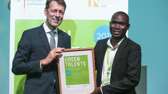 Staatssekretär Georg Schütte mit dem Green Talents 2016 Preisträger Abubakari Ahmed