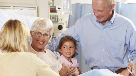 Familie besucht Angehörige im Krankenhaus