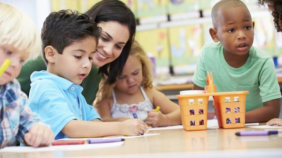 Grundschulkinder mit der Lehrerin
