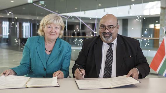 Zusammenarbeit wird fortgesetzt: Susanne Burger vom Bundesbildungsministerium und Firoz y Patel vom südafrikanischen Ausbildungsministerium