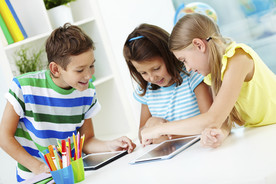 Kinder mit Tablet