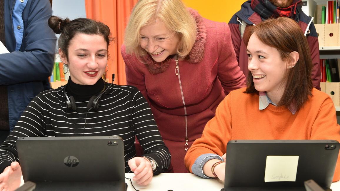 Johanna Wanka eröffnet eine Smart School in Saarbrücken.