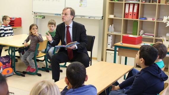 Parlamentarischer Staatssekretär Thomas Rachel anlässlich des bundesweiten Vorlesetages am 18.11.2016 mit Kindern der Katholischen Grundschule in Jülich
