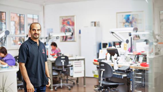 Alaa Kheralah kam im Oktober 2014 als Flüchtling aus Syrien nach Deutschland. Bereits im Januar 2015 erhielt er die Anerkennung seiner in Jordanien absolvierten Zahntechniker-Ausbildung.