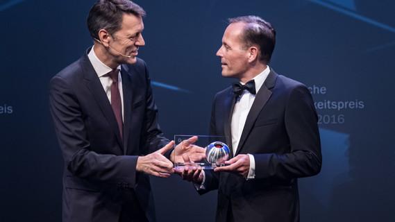Staatssekretär Schütte übergibt den Deutschen Nachhaltigkeitspreis.