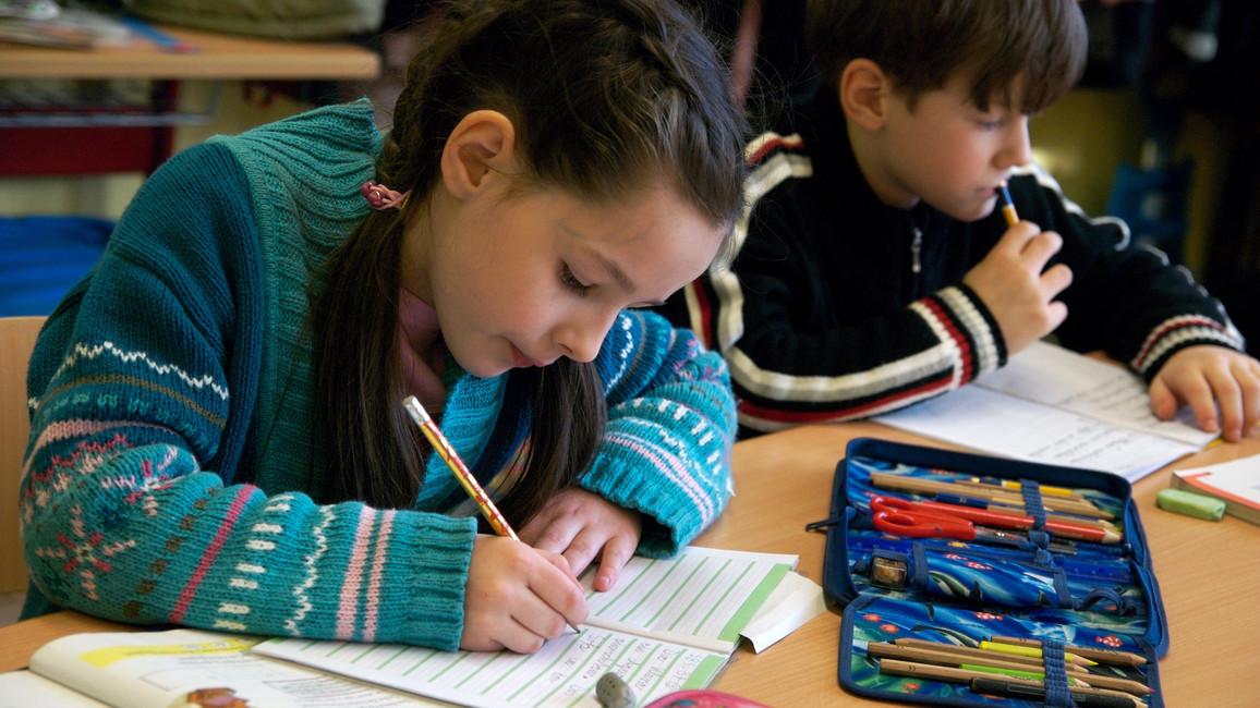 Die Katholische Grundschule 'Passstrasse' ist seit 2005 offene Ganztagsschule. Die Kinder werden auch nach dem Unterricht von Lehrern und pädagogischen Fachkräften betreut. Hier: Deutschunterricht in der 2. Klasse.