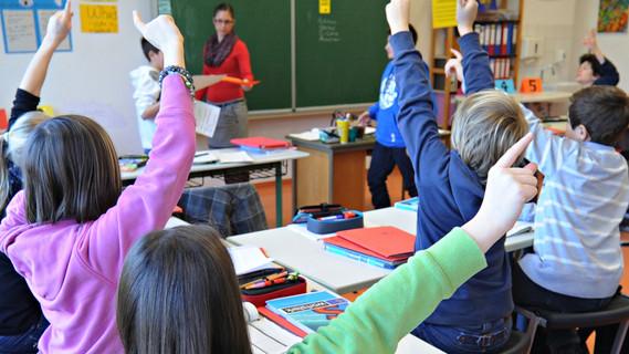 Schüler der Geschwister-Scholl- Schule in Tübingen melden sich am Montag (16.01.2012) während des Unterrichts. Hauptschüler und Gymnasiasten in einer Klasse - an der Geschwister-Scholl-Schule in Tübingen ist das längst Alltag. Seit drei Jahren gibt es dort quasi eine Gemeinschaftsschule. Die Schule ist ein Vorreiter für die 34 Gemeinschaftsschulen, die nach den Sommerferien 2012 im ganzen Land entstehen sollen.