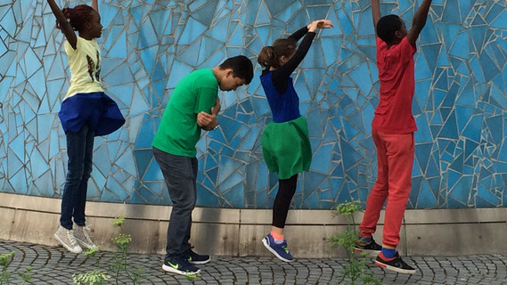 Kinder und Jugendliche, die meisten von ihnen sind Geflüchtete, im Alter zwischen zwölf und 16 Jahren. Vom Werk der Balletttänzerin ließen sie sich für ihre eigenen Tänze im Projekt inspirieren, das vom Verein Mutathe aus dem nordrhein-westfälischen Bad Honnef ins Leben gerufen wurde.