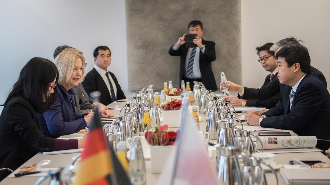 Johanna Wanka trifft japanischen Minister