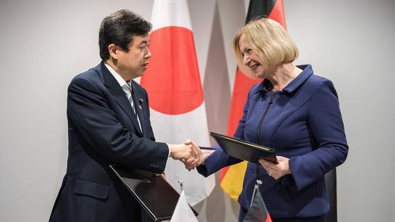 Bundesministerin Johanna Wanka mit dem japanischen Minister Yosuke Tsuruho nach der Unterzeichnung eines gemeinsamen Abkommens