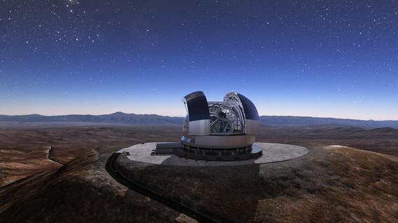Das European Extremely Large Telescope, kurz E-ELT, wird das größte jemals gebaute optische Teleskop. Sein Hauptspiegel hat einen Durchmesser von 39 Metern und besteht aus 798 einzelnen Spiegeln. Im Jahr 2024 soll das Teleskop in Betrieb gehen. Riesiger Kuppelbau mit geöffnetem Dach auf einem Plateau. Darunter befindet sich eine Gitterkonstruktion, die die optischen Komponenten des E-ELT trägt. Im Hintergrund Berge in einer kargen Wüstenlandschaft.