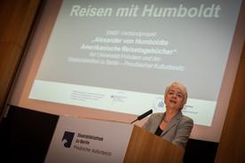 Im Rahmen der Abschlusskonferenz des BMBF-Verbundprojekts 'Alexander von Humboldts Amerikanische Reisetagebücher' hält Bildungsstaatssekretärin Cornelia Quennet-Thielen eine Rede.