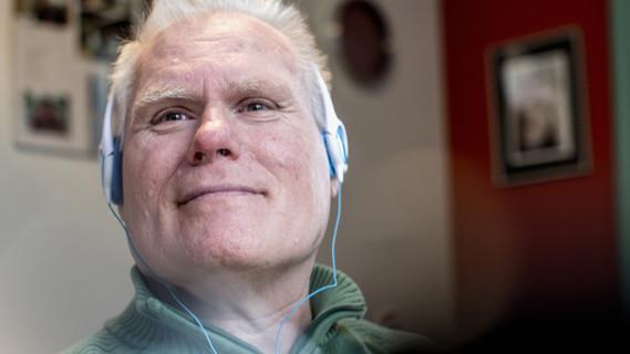Das Bild zeigt einen älteren Herrn mit geistiger Behinderung bei einem Workshop der KatHO NRW.