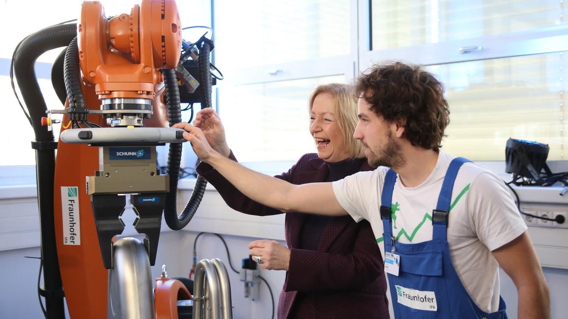 Ministerin Wanka eröffnet das Future Work Lab in Stuttgart